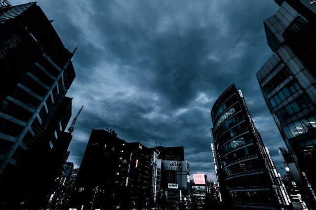 悪天候の都会