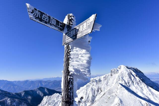 雪山での道しるべ標識