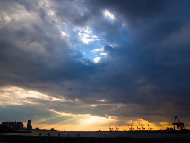 悪天候の空から見えた晴れ間