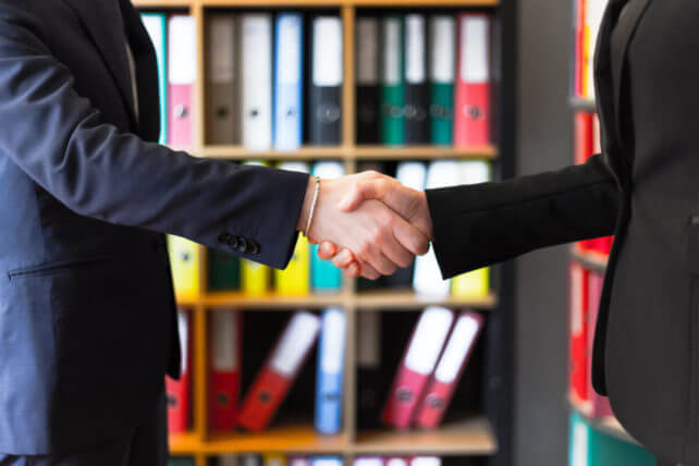 握手を交わす2人の男性