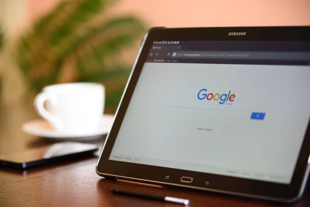 Google検索のページを開いたタブレット画面