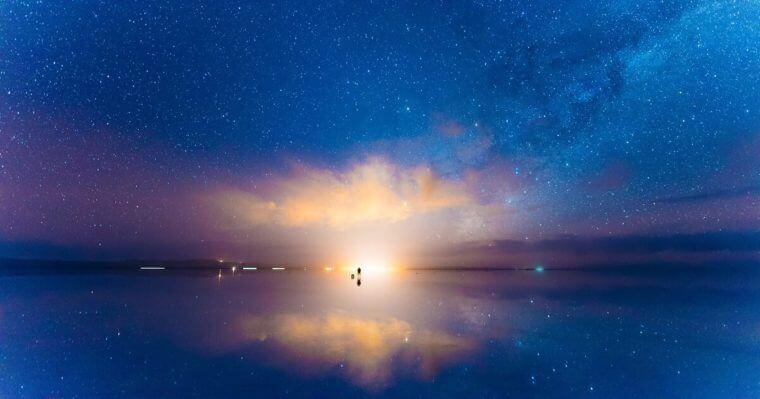 ウユニ塩湖から見える夜明け