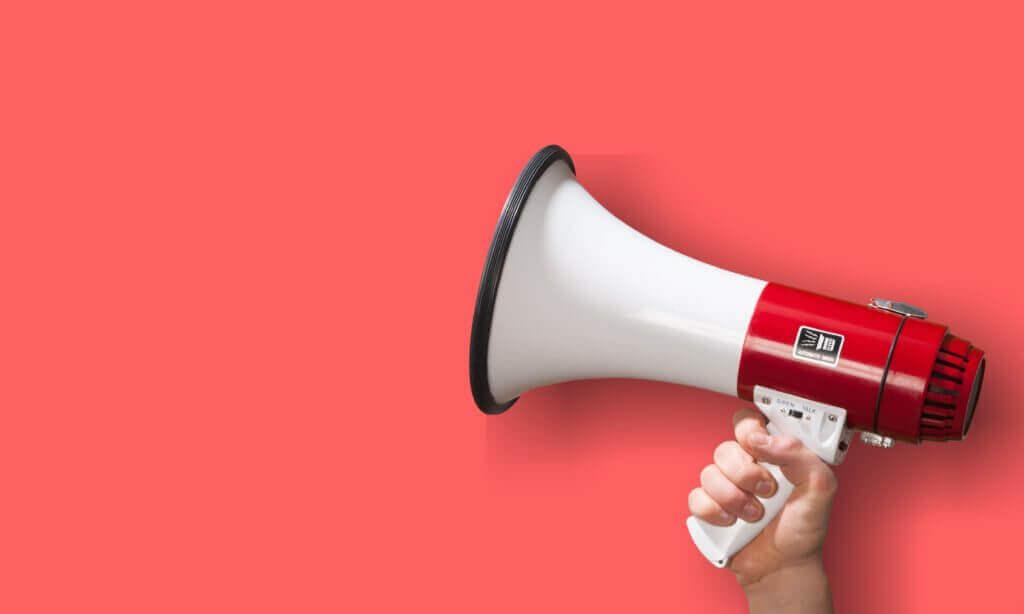拡声器と赤い背景