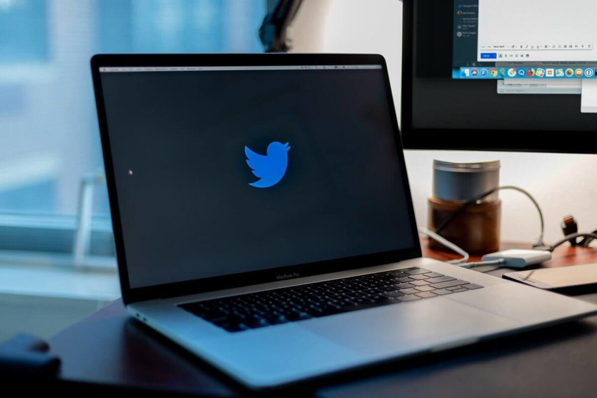 Twitter画面を開いているPC