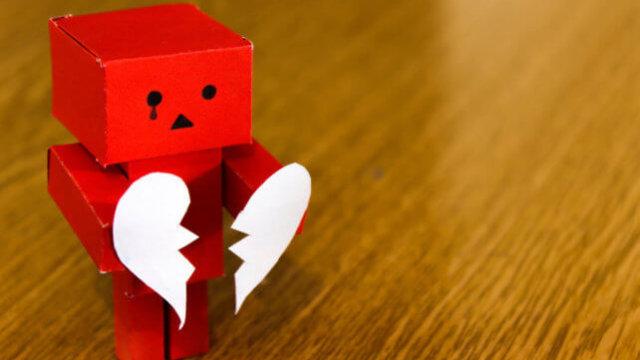 赤色の段ボール箱のおもちゃの失恋
