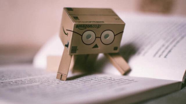 段ボール箱のおもちゃが本で調べもの